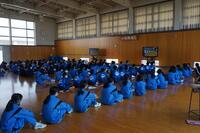 三密回避のため各部活動は武道場でスタンバイ